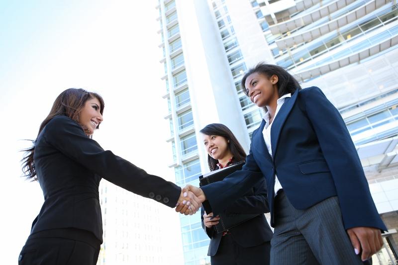 diverse women shaking hands-shutterstock_58300276 (800x533)