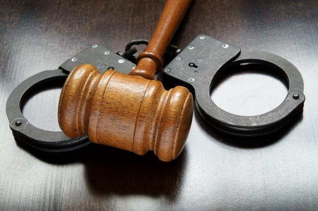gavel_handcuffs-shutterstock_88770100 (640x425)
